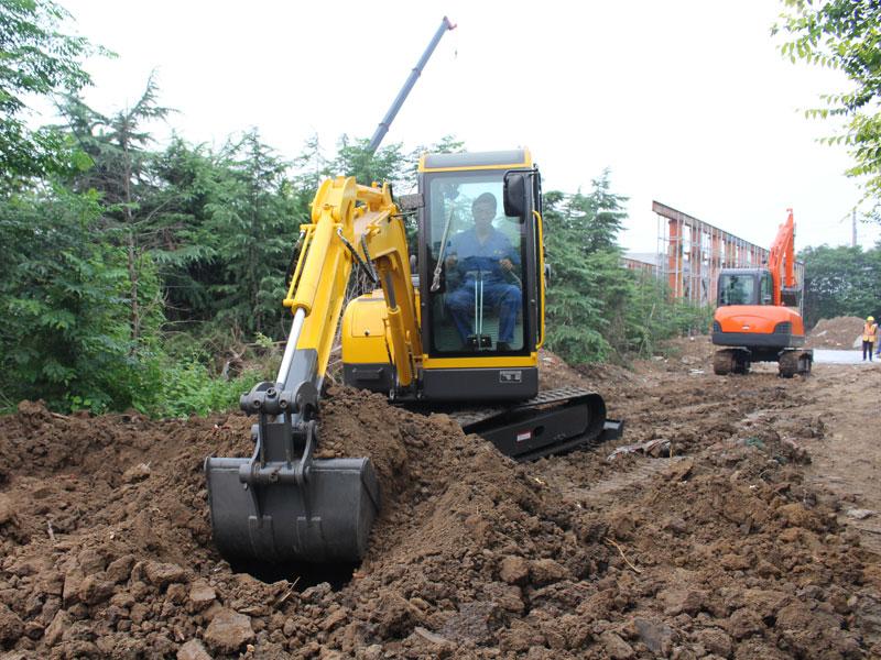小型履帶式挖掘機施工現場