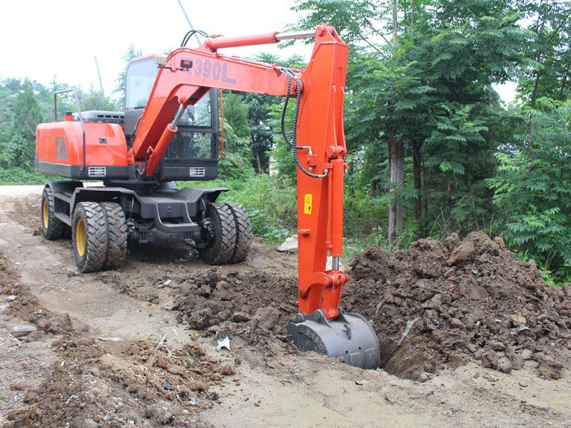 R390L小型輪胎式挖掘機挖土施工